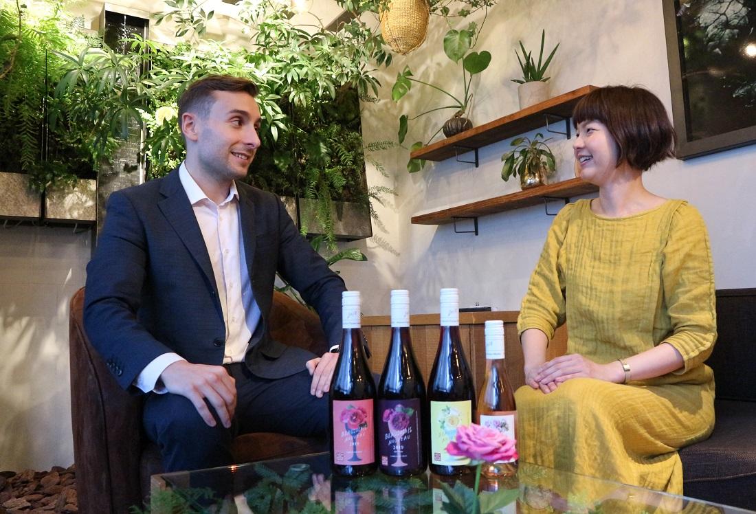 ボージョレ・ヌーボーの楽しみ方を語るサッポロビールのクリスさんと青山フラワーマーケットの酒井さん