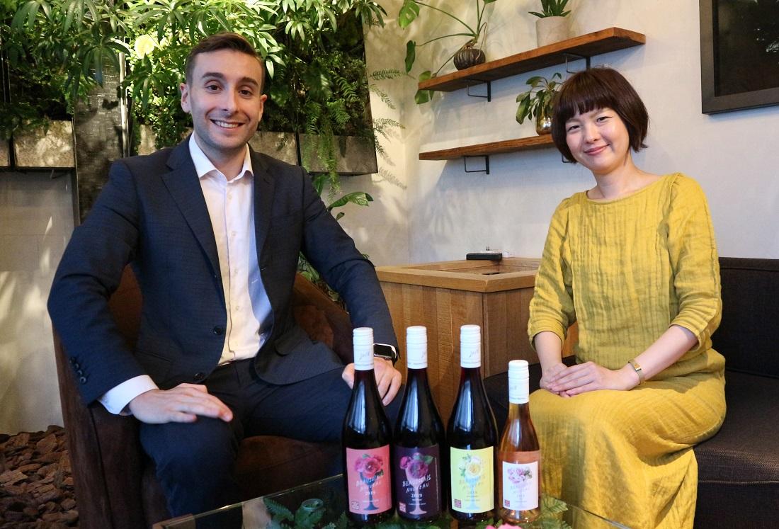 2019年ボージョレ・ヌーボー青山フラワーマーケットコラボラベルを手掛けたサッポロビールのクリスさんと青山フラワーマーケットの酒井さんとワインボトル