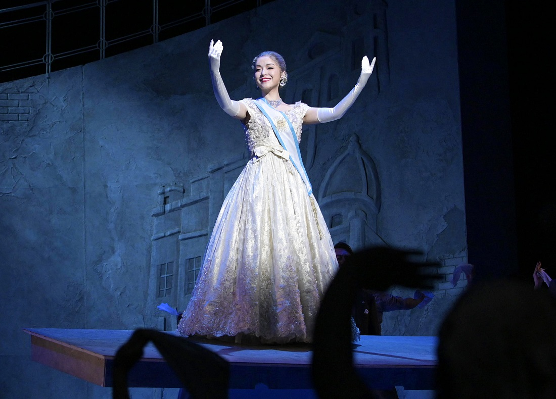 劇団四季のミュージカル『EVITA』の劇中、手を広げるエビータ