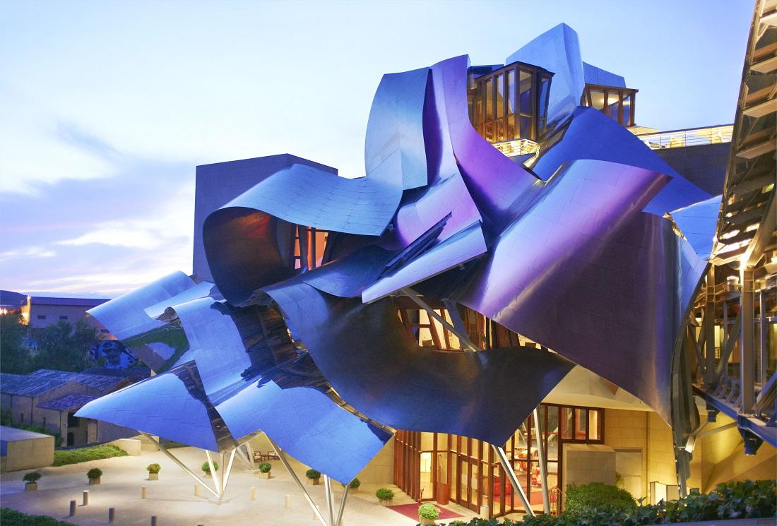 父の日に贈りたいマルケス・デ・リスカルのホテル「City Of Wine」の波打つ屋根