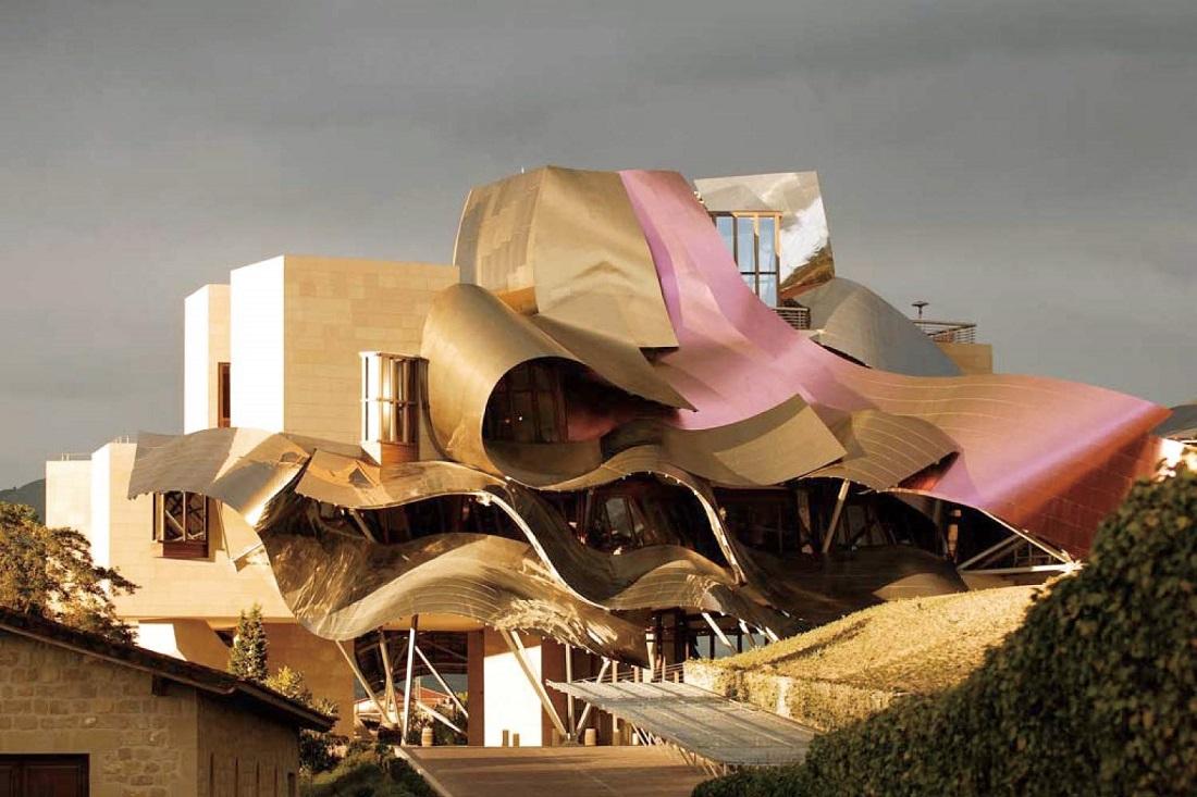 スペイン リオハのシンボル 5つ星ホテル「マルケス・デ・リスカルホテル『City Of Wine』」の外観