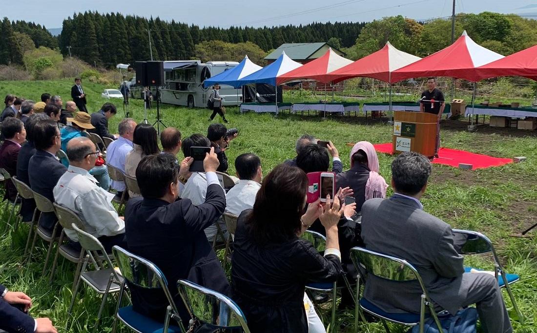 グランポレール北海道北斗ヴィンヤード植樹式で挨拶をするサッポロビール髙島代表取締役社長
