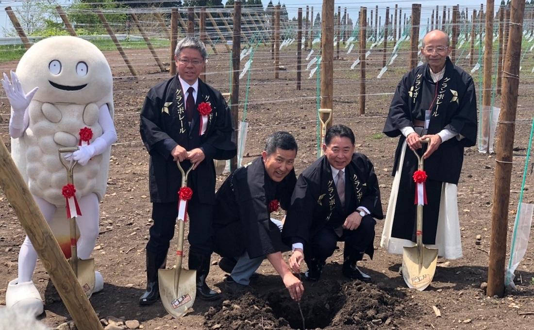 グランポレール北海道北斗ヴィンヤード植樹式に参加した、北斗市公式キャラクター・ずーしーほっきー、小田原局長、髙島、池田市長、坂本様