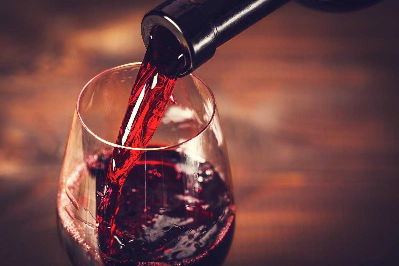 ワインを格好よくソムリエさんが注ぐ姿って憧れますよね