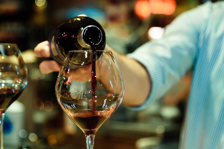 ワインの注ぎ方のコツや注意点