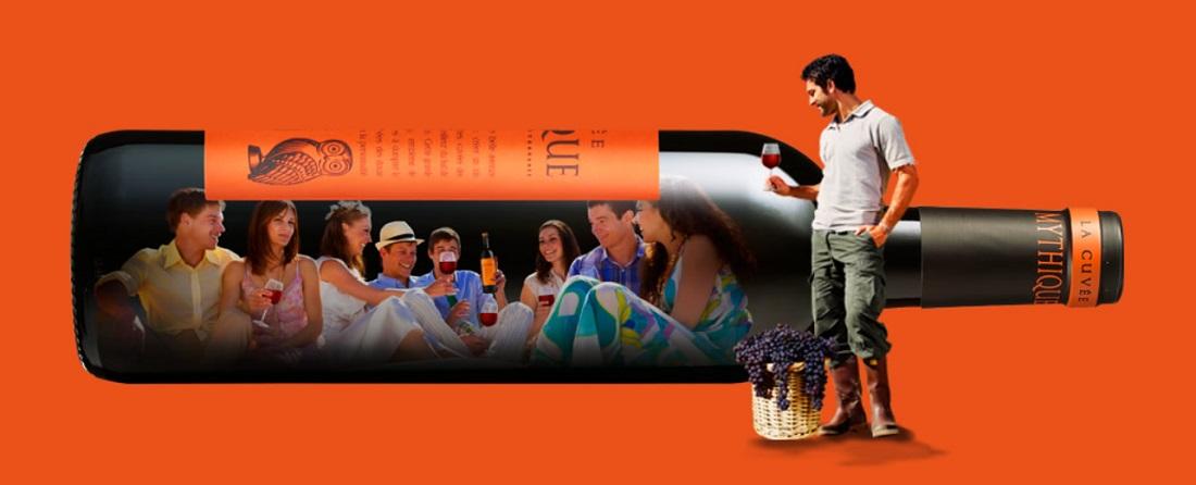 ミティークの大きなワインボトルに写るミティークを楽しむ人たち