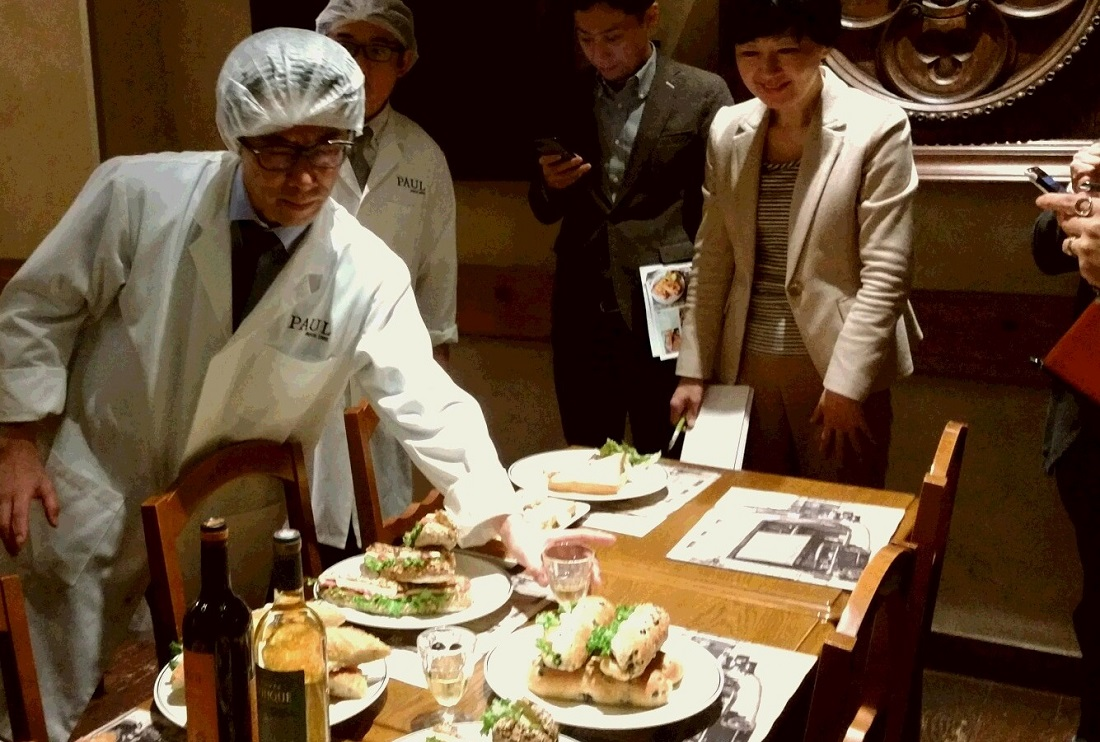 PAUL×サッポロビール サラミ・エ・カマンベール 第2回試食会サンドイッチ吟味の様子