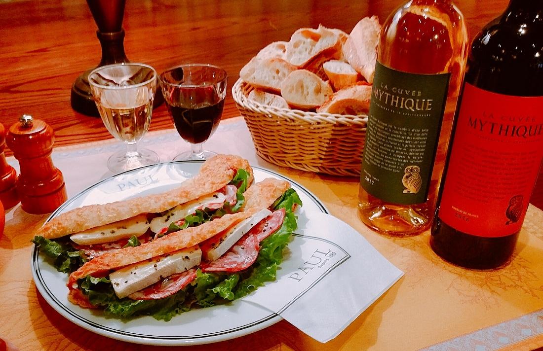 ラ・キュベ・ミティークロゴと赤・白ワインボトル