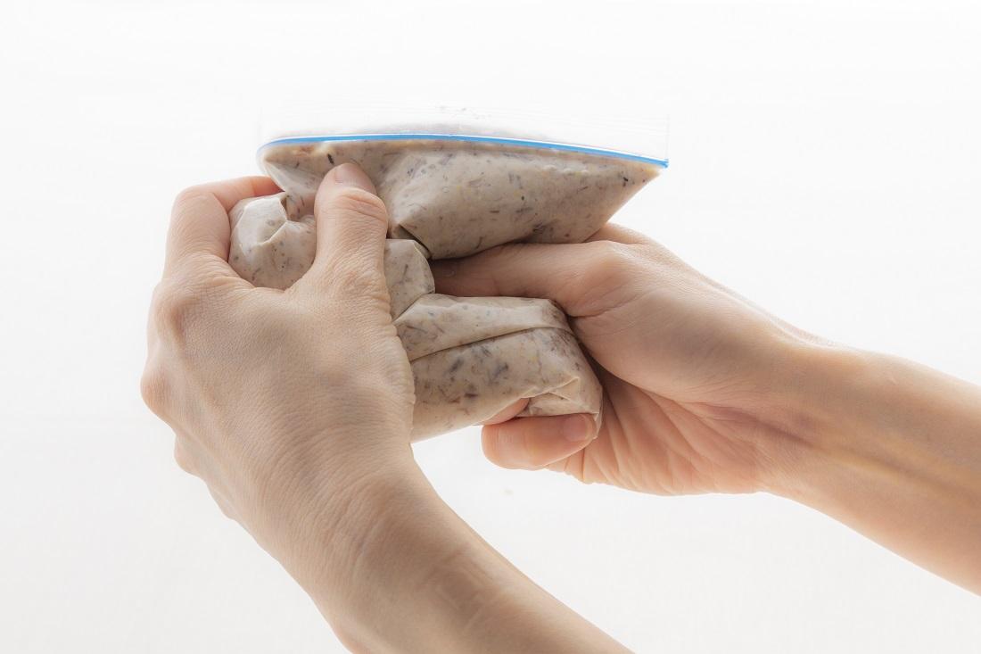 伝説の家政婦【Kotoさん】のレシピ、サバ缶の簡単リエットの保存用ポリ袋を使った作り方