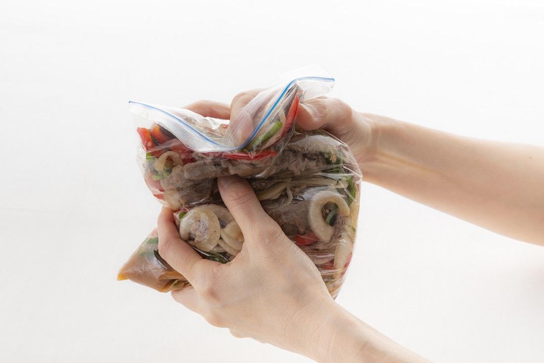 伝説の家政婦【おりとさん】のレシピ、生野菜がおいしい!簡単♪牛肉のマリネの保存用ポリ袋を使った作り方