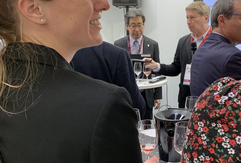 ProWein 2019(プロヴァイン)でグランポレールの試飲をする海外の来場者