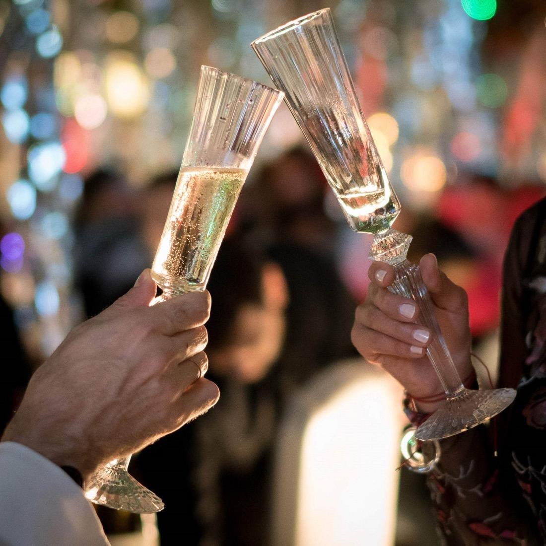 Baccarat ETERNAL LIGHTS Champagne Bar with TAITTINGERで提供されるテタンジェのシャンパーニュを注いだバカラのグラス