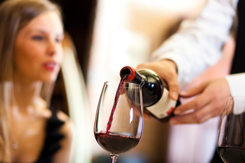 女性ならではのマナーがワインにはある?