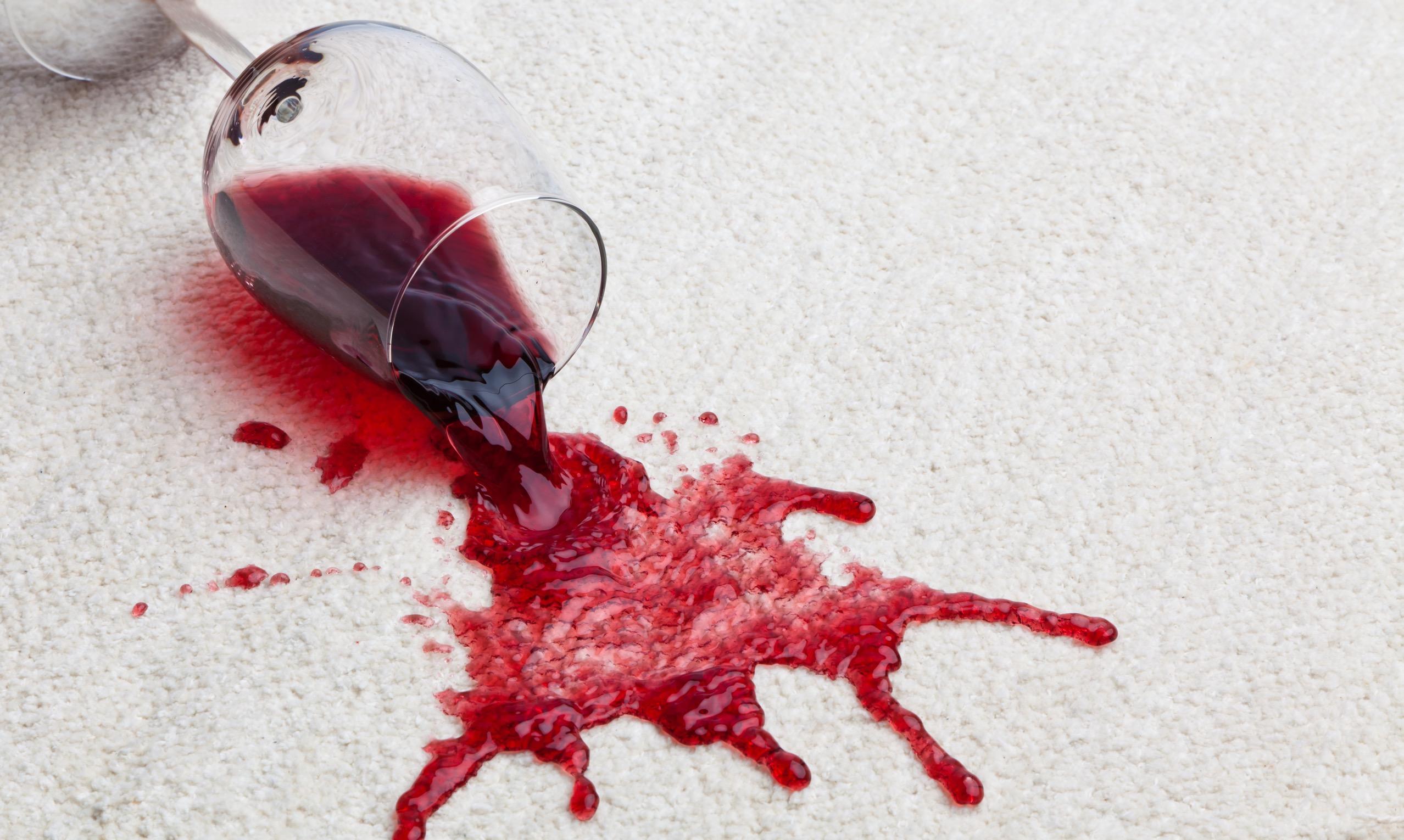 ワインがついた服の染み抜き方法を知っておこう