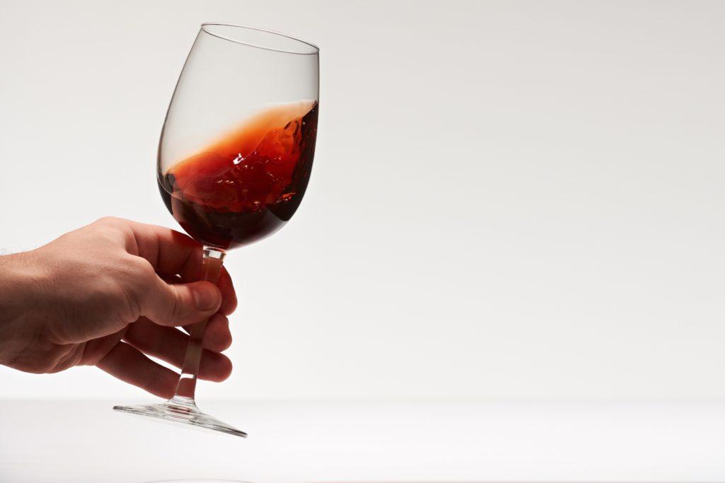 ワインを回すスワリングの意味とやり方を解説