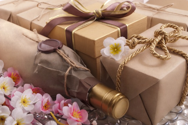 大切なあの人にワインを贈ろう!プレゼントにおすすめのワインやワイングッズを紹介