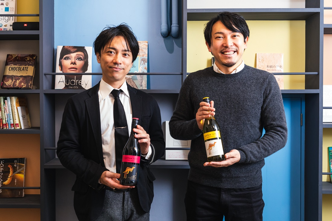 [イエローテイル]のボトルを持つD'RENTY CHOCOLATE代表 チョコレートソムリエ 森澤 祐介さんとワインyoutuber Yukioさん