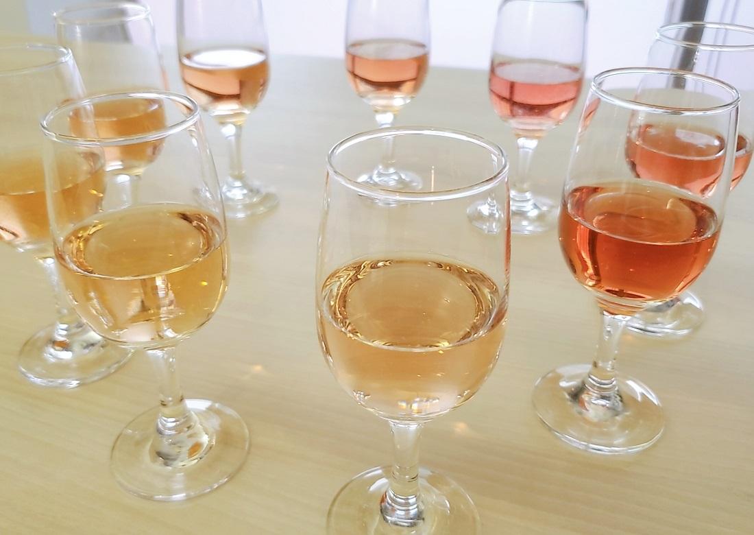 ワイングラスに入った様々な色合いのロゼワイン