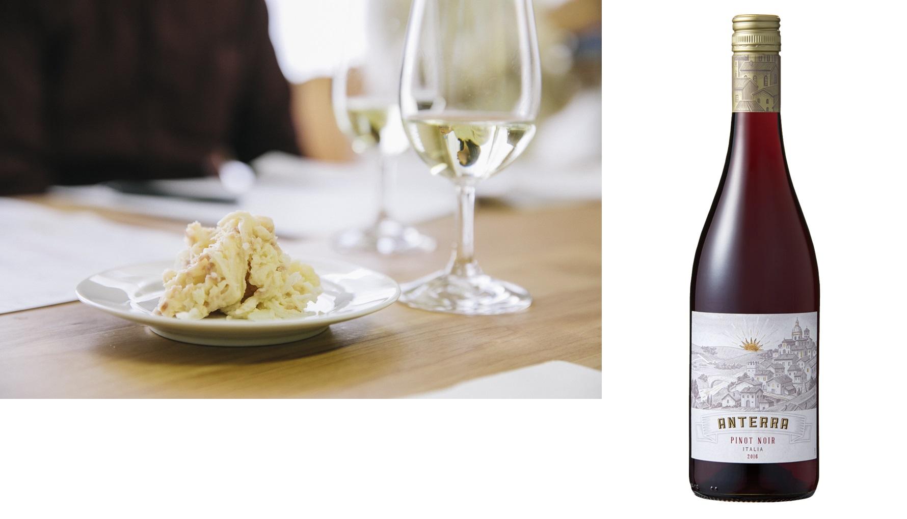 日本ポテトサラダ協会公認の酸味(梅)系ポテトサラダに合うベストワインのワインボトルと選定の様子