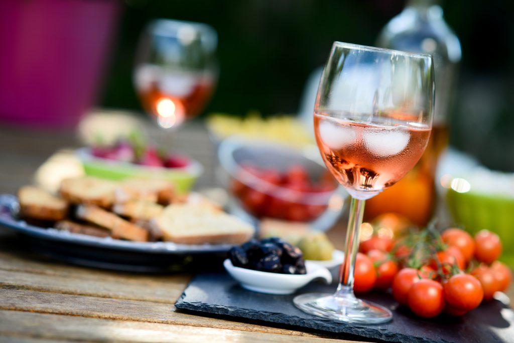 辛口ロゼワインはどんな料理とも相性抜群!意外な魅力とおすすめワインをご紹介