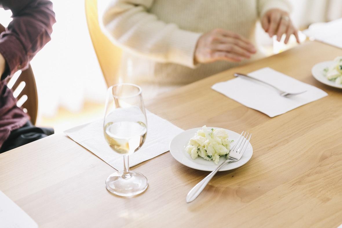 日本ポテトサラダ協会と行ったポテトサラダに合うワインの品評会でチーズ系ポテサラとワインの相性を確認する様子