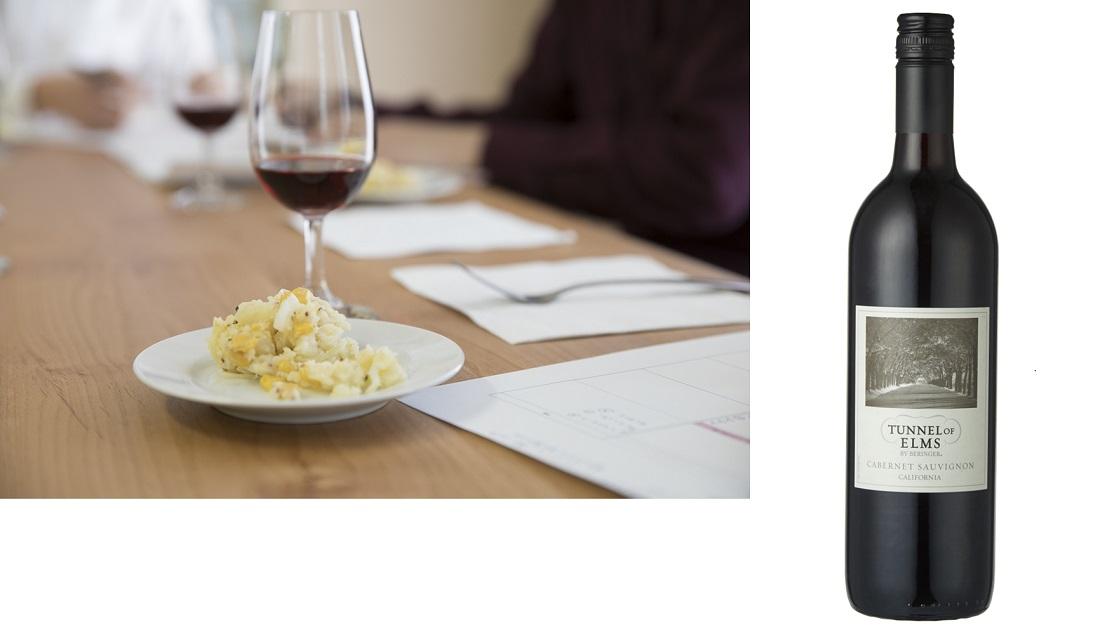 日本ポテトサラダ協会公認の甘み(コーン)系ポテトサラダに合うベストワインのワインボトルと選定の様子
