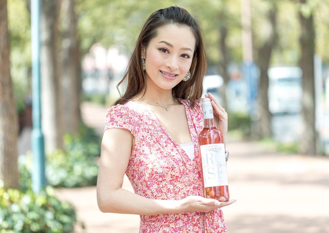 タリケ ロゼのワインボトルを笑顔で持つサッポロロゼワインアンバサダー瀬川あずささん