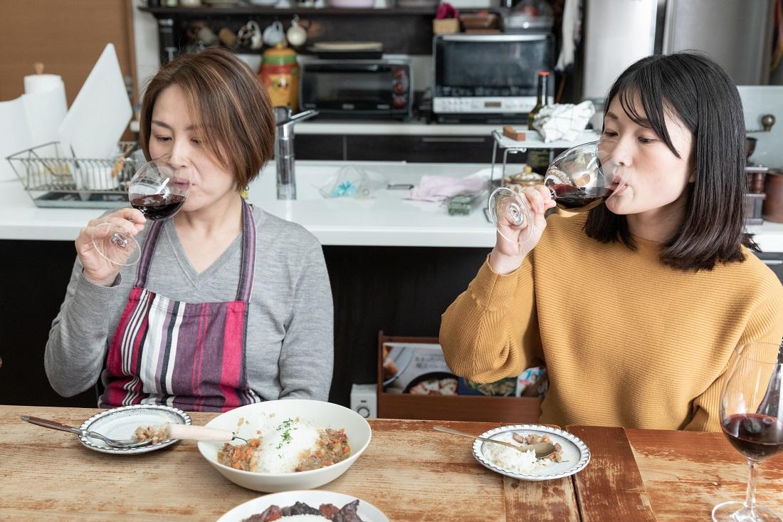 俺のフレンチ考案ワインに合う「beans curry」と[イエローテイル]シラーズの相性を検証する料理研究家の尾田衣子さんと藤田さん