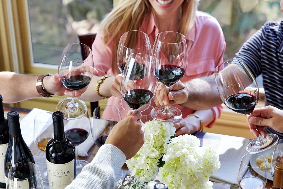 ベリンジャーの赤ワインで乾杯する人たち
