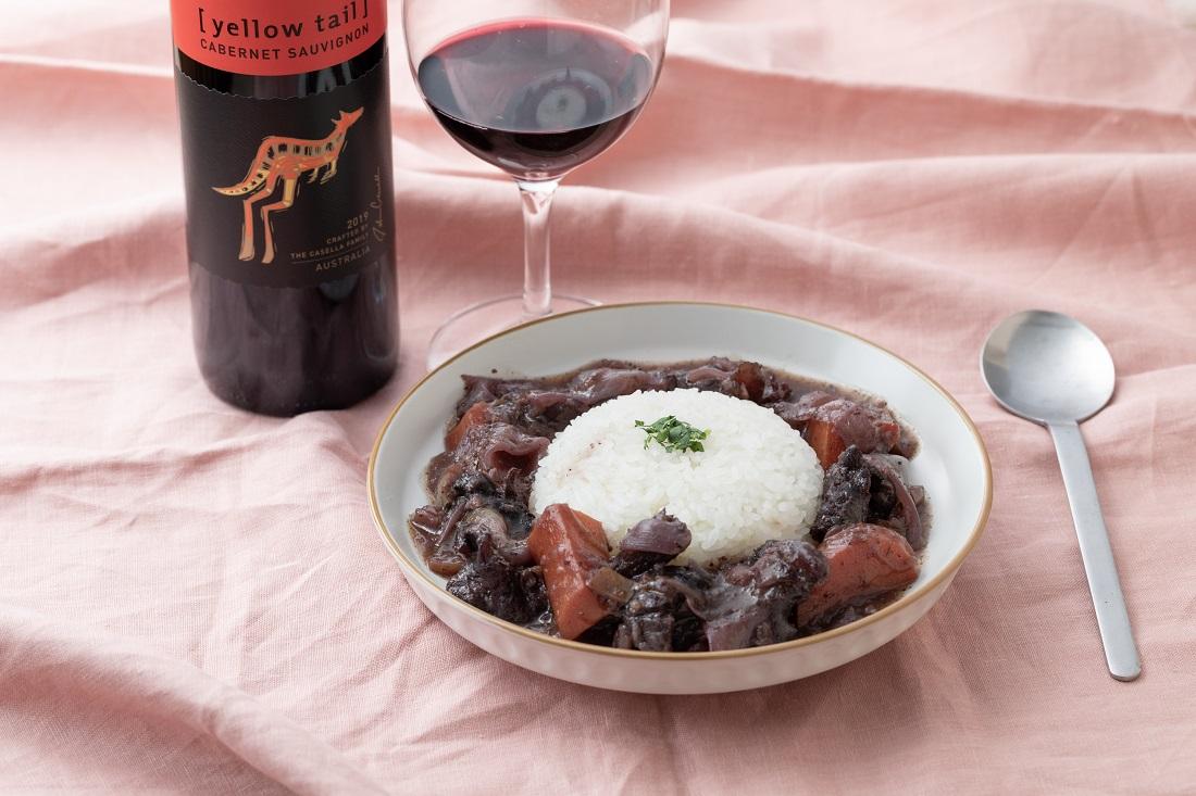 テーブルセッティングした俺のフレンチ考案ワインに合う「red wine curry」と[イエローテイル]カベルネ・ソーヴィニヨンのワインボトル・ワイングラス