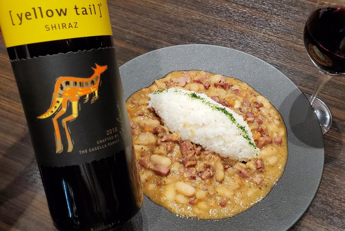 お皿に盛り付けた俺のフレンチ考案ワインに合う「beans curry」と[イエローテイル]シラーズのワインボトル