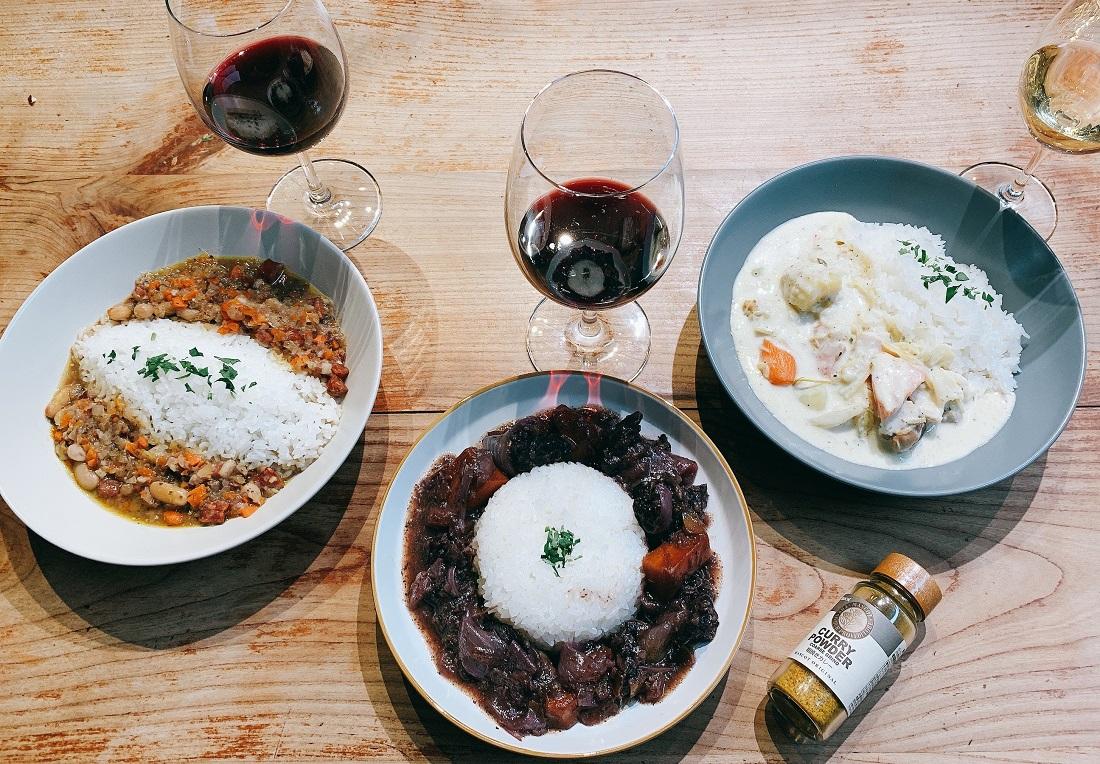 俺のフレンチ考案ワインに合うカレー3種とワインが並んだ食卓