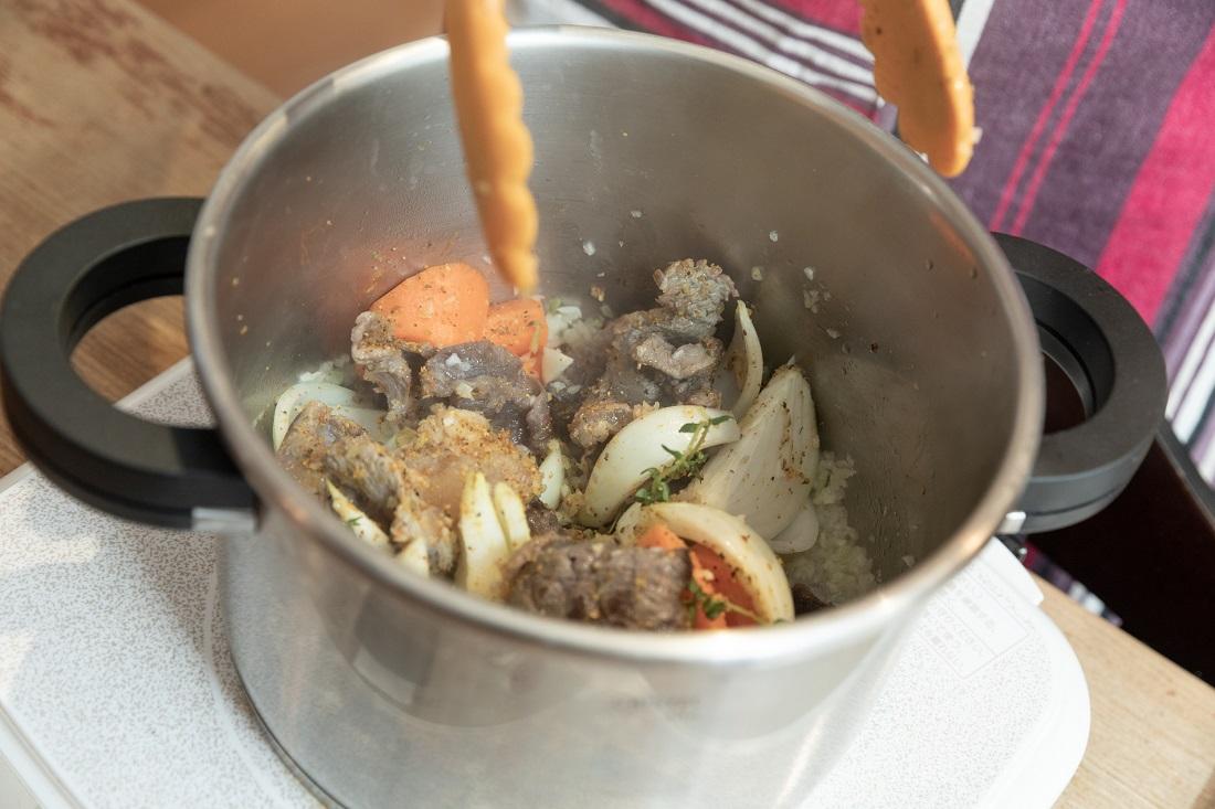 俺のフレンチ考案ワインに合う「red wine curry」を作る途中のお鍋の中