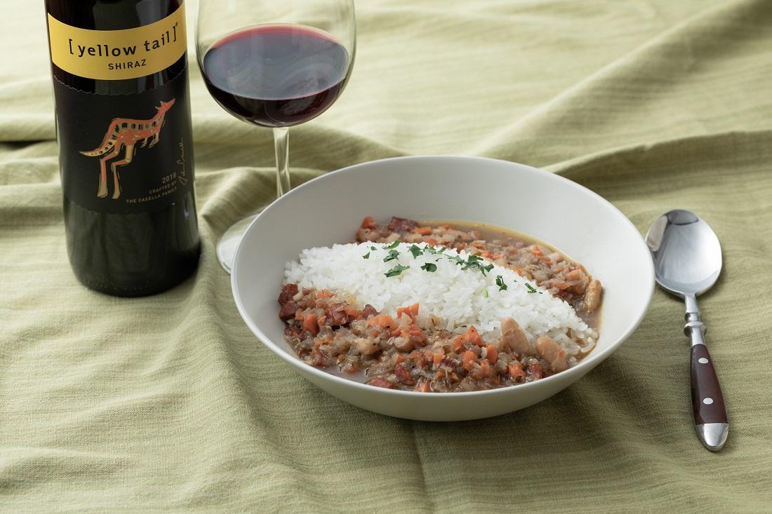 テーブルセッティングした俺のフレンチ考案ワインに合う「beans curry」と[イエローテイル]シラーズのワインボトル・ワイングラス