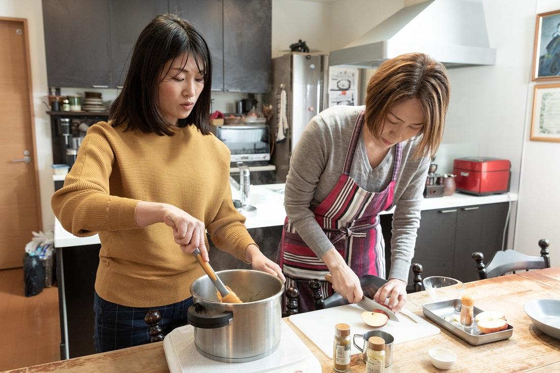 俺のフレンチ考案ワインに合う「red wine curry」を作る料理研究家 尾田衣子さんと藤田さん