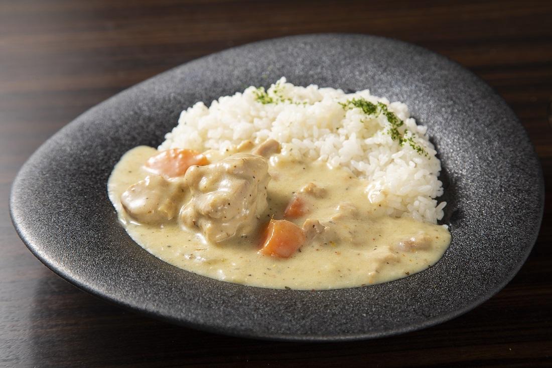お皿に盛り付けた、俺のフレンチ考案ワインに合う「white curry」