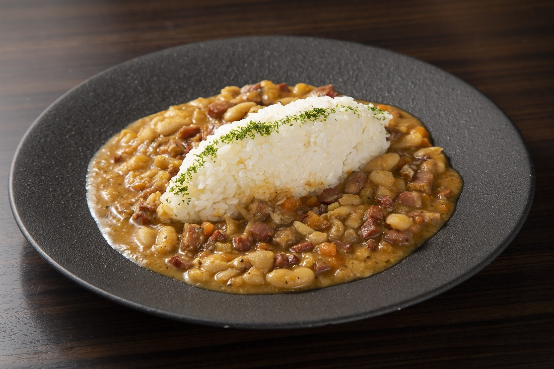 お皿に盛り付けた、俺のフレンチ考案ワインに合う「beans curry」