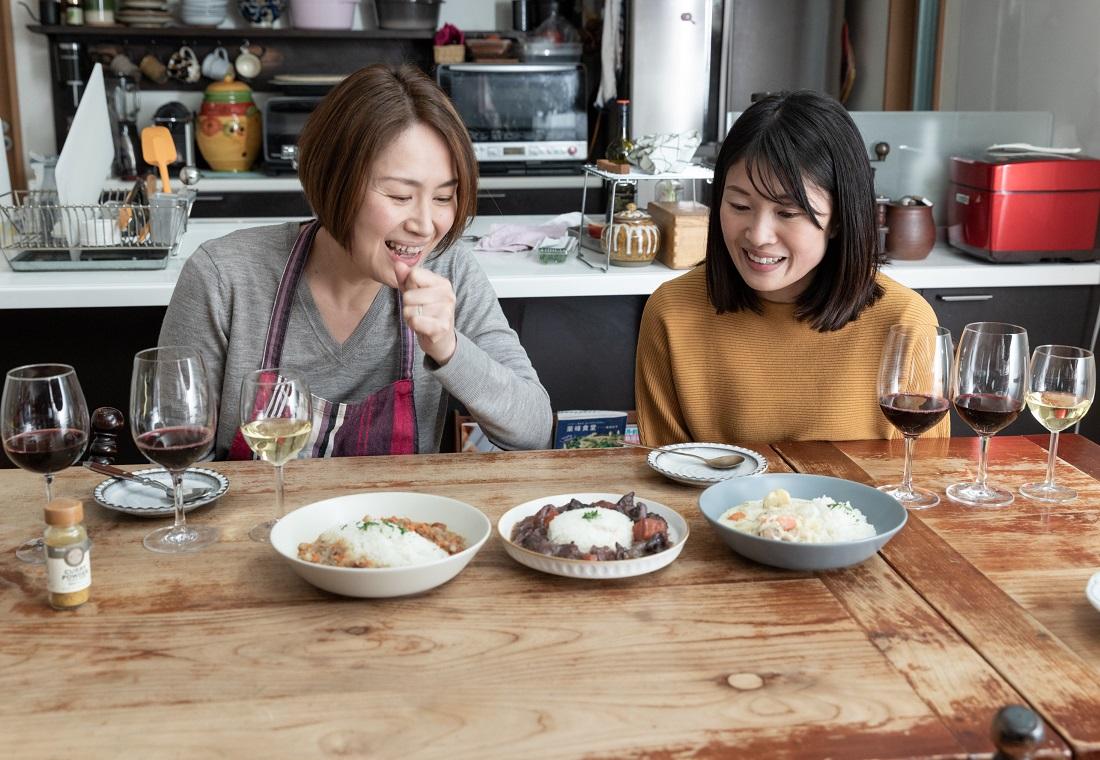 俺のフレンチ考案ワインに合うカレー3種を前にする料理研究家 尾田衣子さんと藤田さん