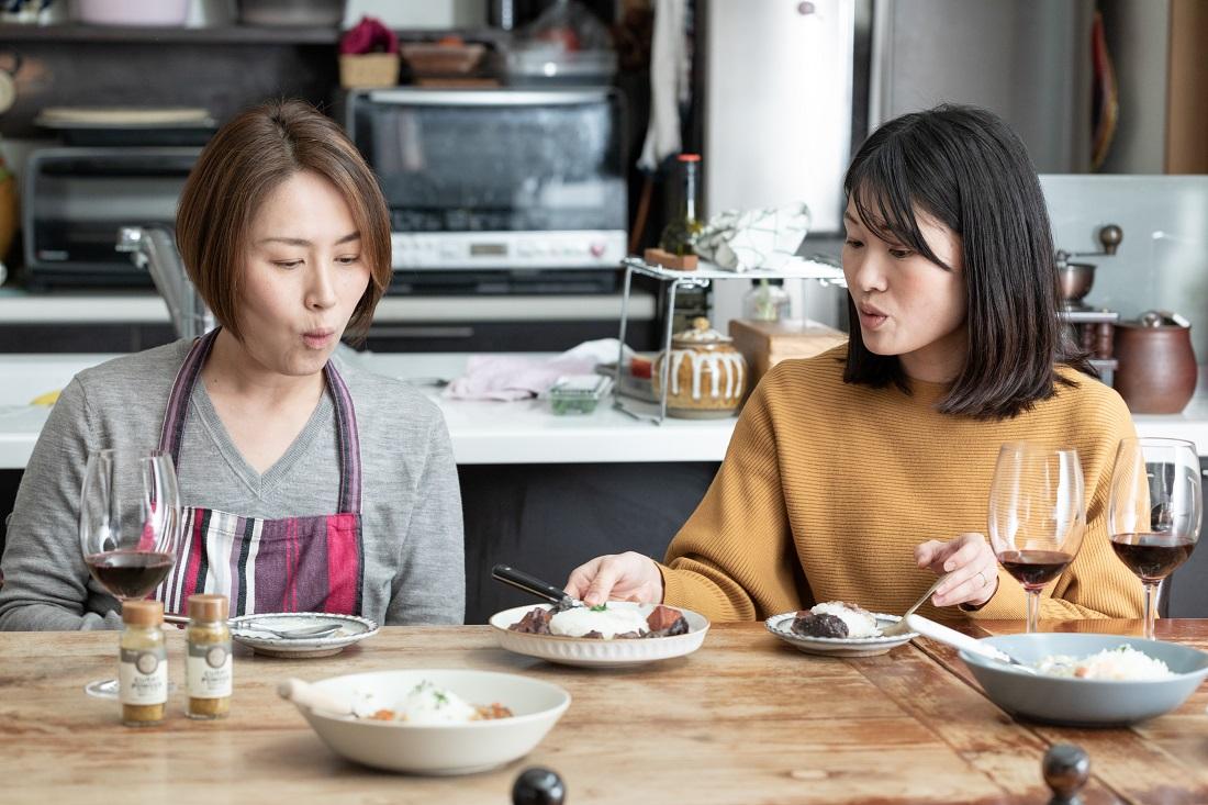 カレーとワインは合うという結論を出した料理研究家の尾田衣子さんと藤田さん