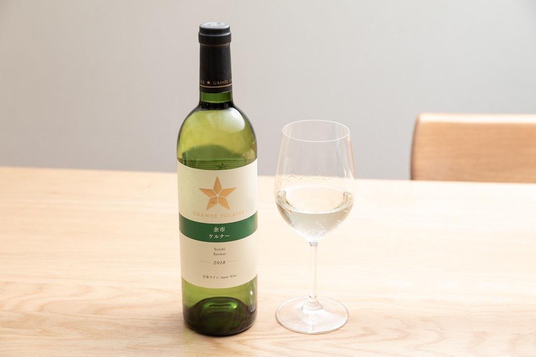 グランポレール 余市ケルナーのワインボトルとグラス
