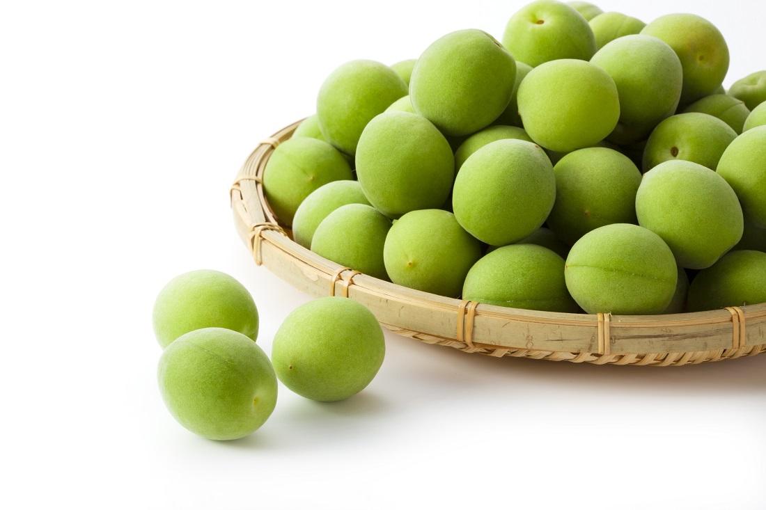 かごいっぱいの梅の実
