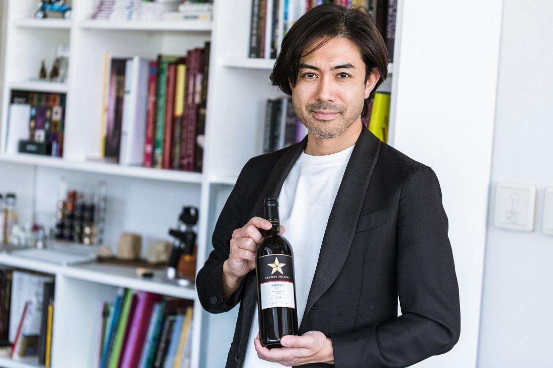 グランポレールのワインボトルを持つグランポレールのアンバサダー大越基裕さん