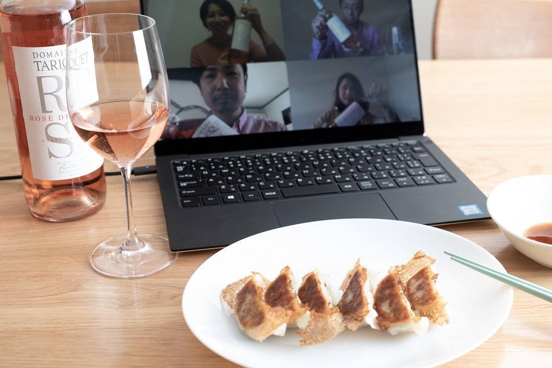 #やってみロゼ!餃子編オンライン飲み会でペアリングしたタリケ ロゼのワインボトルを見せ合うメンバー