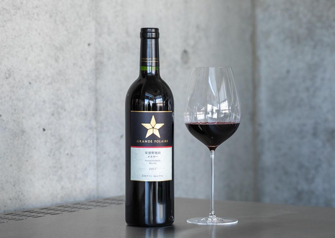 「グランポレール 安曇野池田 メルロー 2017」とワイングラス