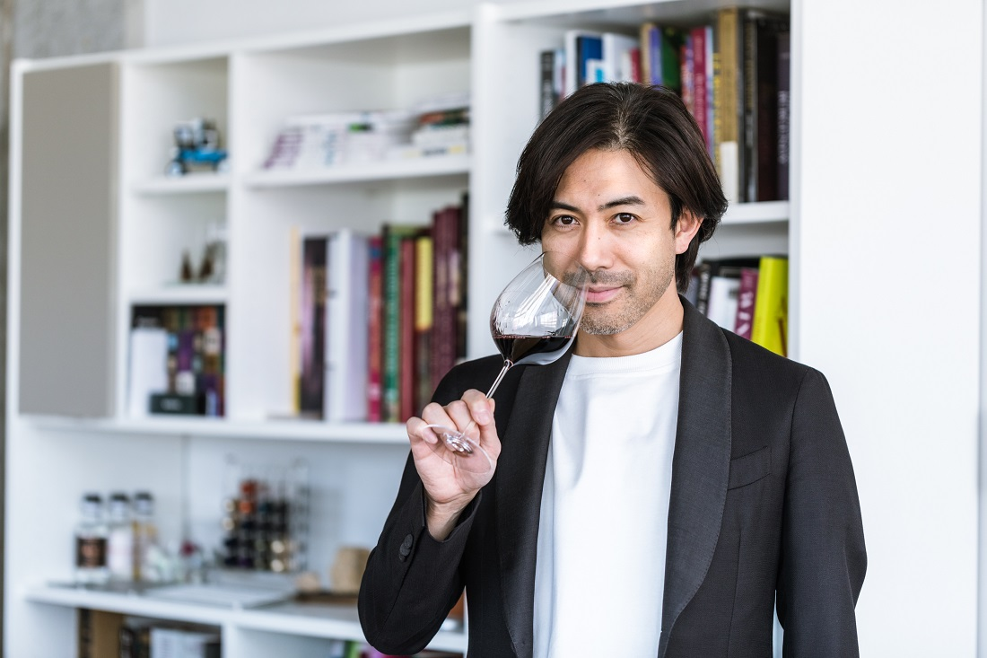 ワイングラスを持つグランポレールのアンバサダー大越基裕さん