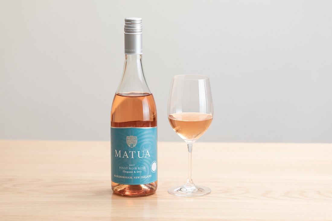 マトゥア リージョナル ピノ・ノワール・ロゼ・マルボロのワインボトルとグラス