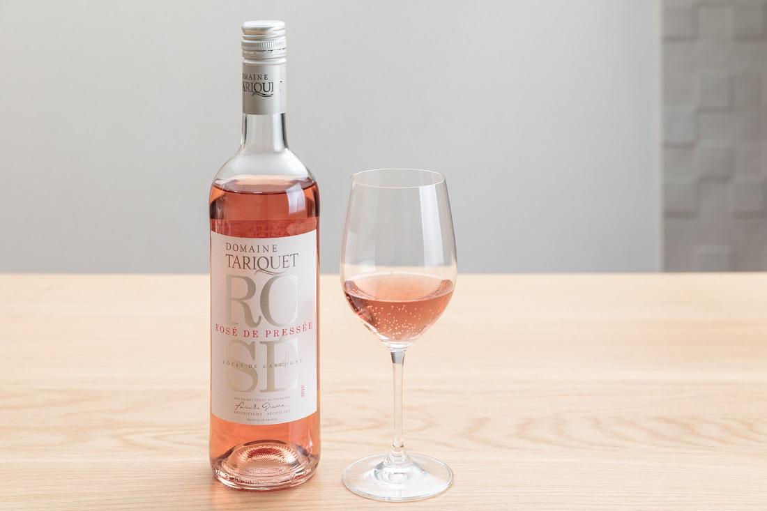 タリケ ロゼのワインボトルとグラス