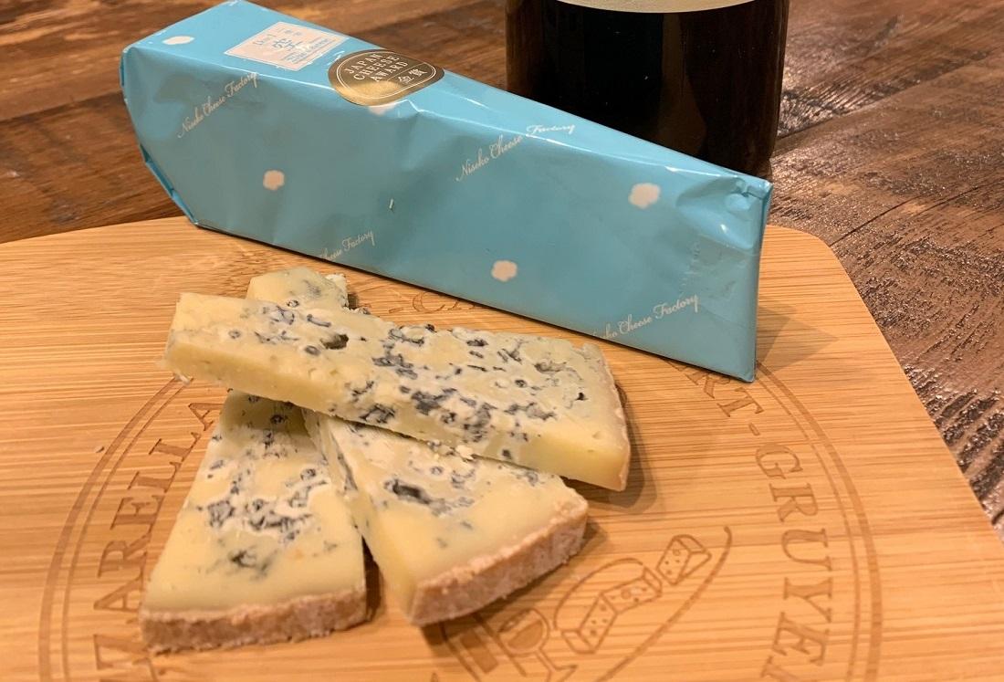 「ワインマーケットパーティー」が選ぶ「グランポレール 岡山マスカットベーリーA〈樽熟成〉2018」に合うチーズ「ニセコチーズ工房 二世古空【ku:】」