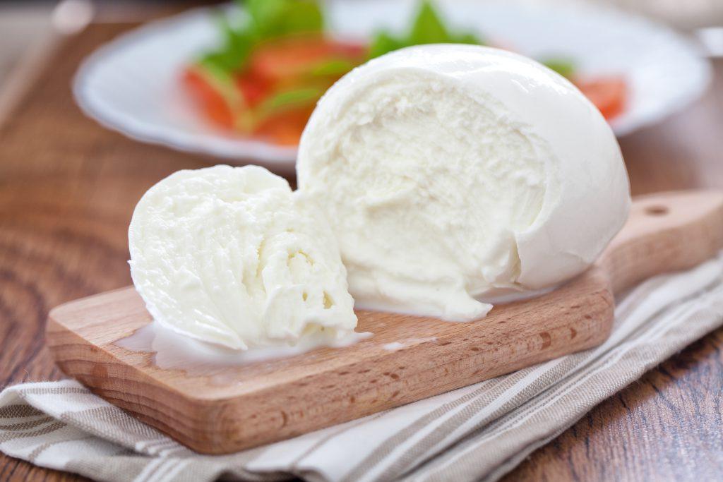ワインと一緒に!モッツァレラチーズを使った簡単おつまみレシピを紹介