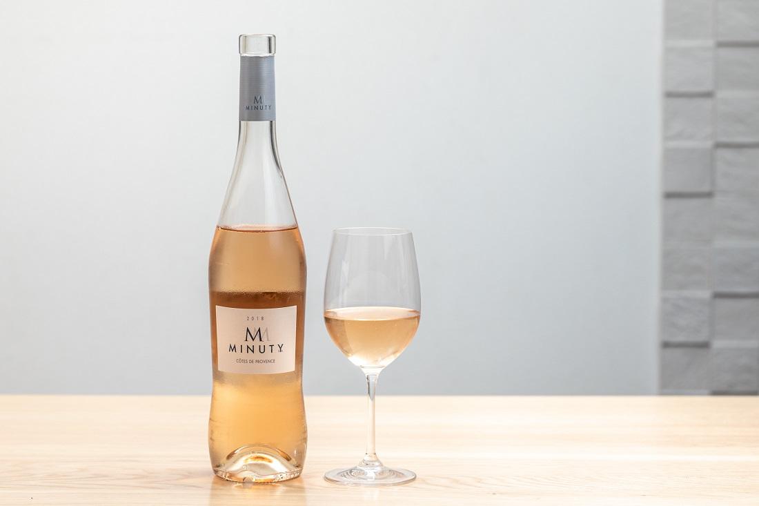 エム・ド・ミニュティーのワインボトルとグラス